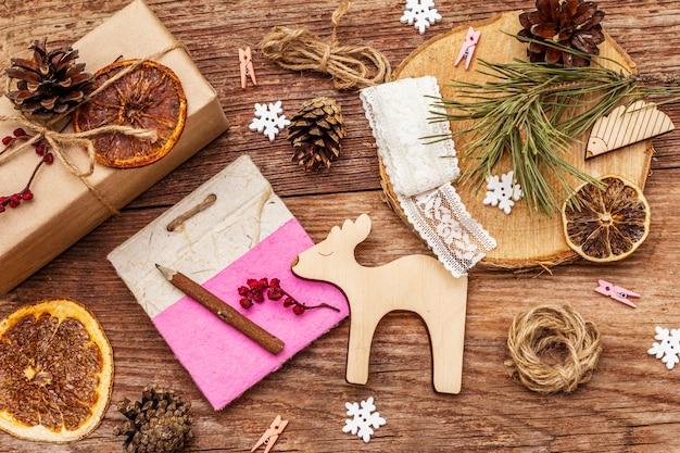 クリスマスゼロ廃棄物の概念。新年の環境に優しい包装。クラフト紙とさまざまな有機装飾の袋のお祝いボックス
