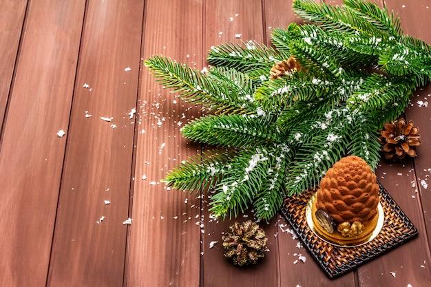 Праздничный десерт в форме рождественской еловой шишки. новый год сладкое удовольствие концепции.