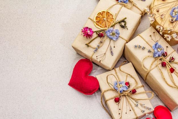Ноль отходов подарок концепции. день святого валентина или день рождения экологически чистые упаковки. праздничные коробки в крафт-бумаги с различными органическими украшениями.