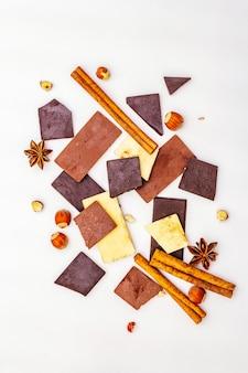 さまざまなチョコレートの種類、スパイス、白のヘーゼルナッツの品揃え