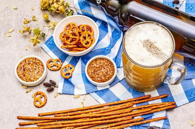 オクトーバーフェストの食べ物と飲み物のセット