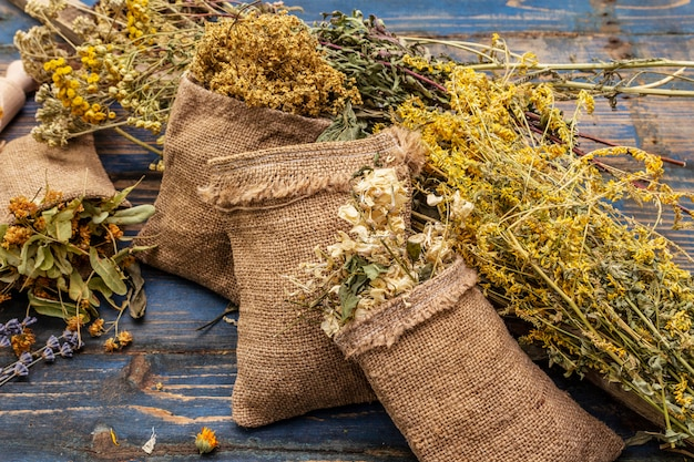 ハーブ収穫コレクションと野生ハーブの花束。代替医療。自然薬局、セルフケアのコンセプト