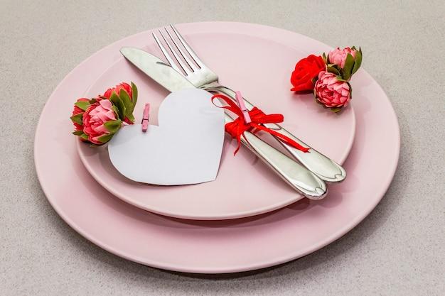 バレンタインデーのロマンチックなテーブルセッティング