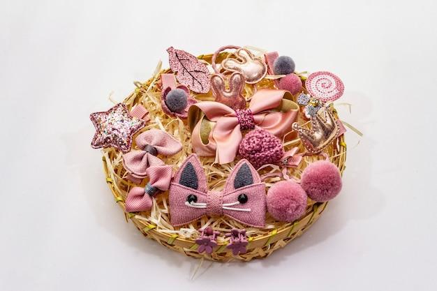 Аксессуары для маленькой девочки в плетеной корзине