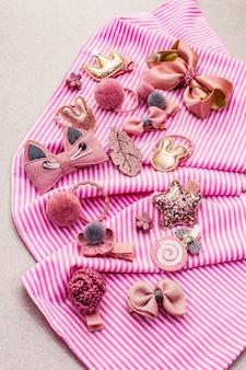 Маленькая девочка аксессуары в полоску ткани