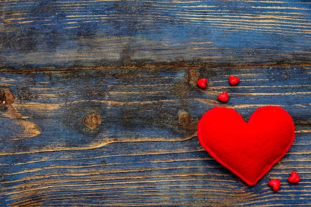 Чувствовавшие сердца на деревянном столе