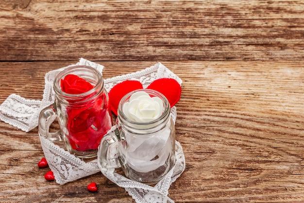Красное войлочное сердце, стеклянная банка, розы и ленты