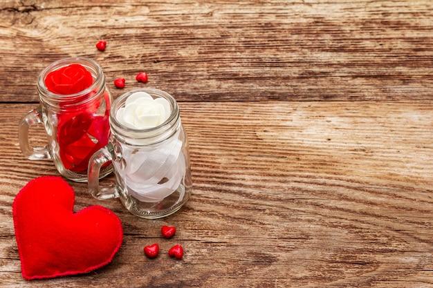 赤いフェルトハート、ガラスの瓶、バラ、リボン