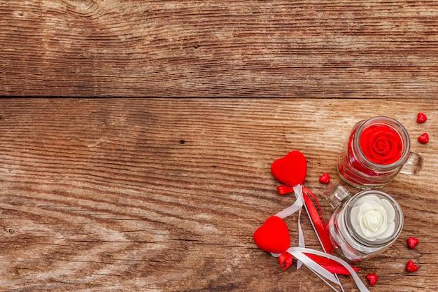 Войлочные сердца, стеклянная банка, розы и ленты