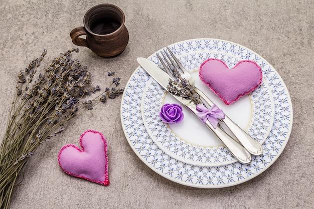 フェルトハートとロマンチックなテーブルセッティング