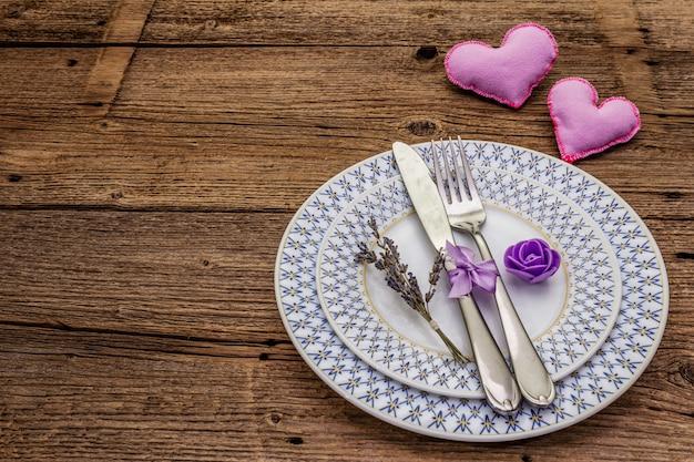 Романтическая сервировка с войлочным сердцем