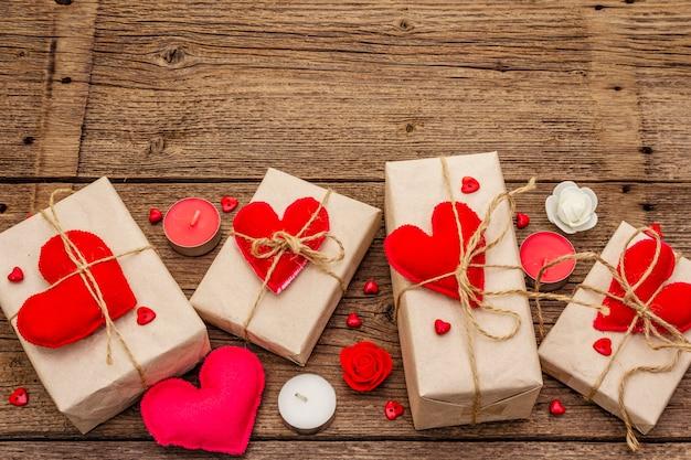Праздничные шкатулки из крафт-бумаги с красными фетровыми сердечками