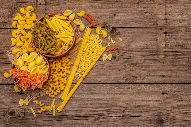 Разные виды макарон в керамических мисках