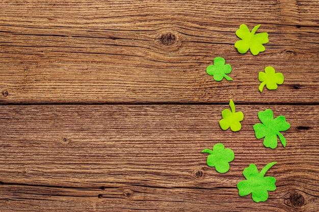 古い木製の背景にクローバーの葉を感じた。幸運のシンボル、聖パトリックの日のコンセプト