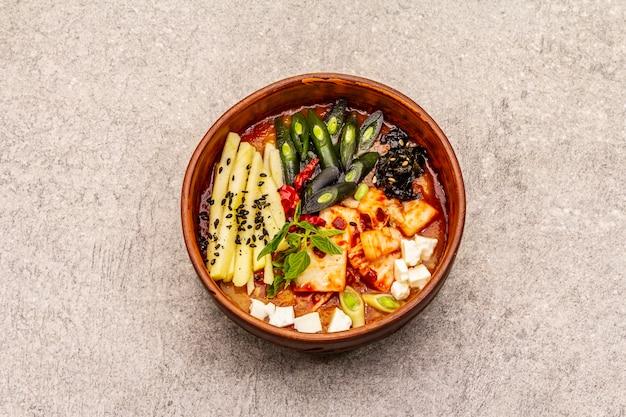 キムチ、豆腐、野菜の韓国の伝統的なスパイシーなスープ。健康的な食事のための温かい料理