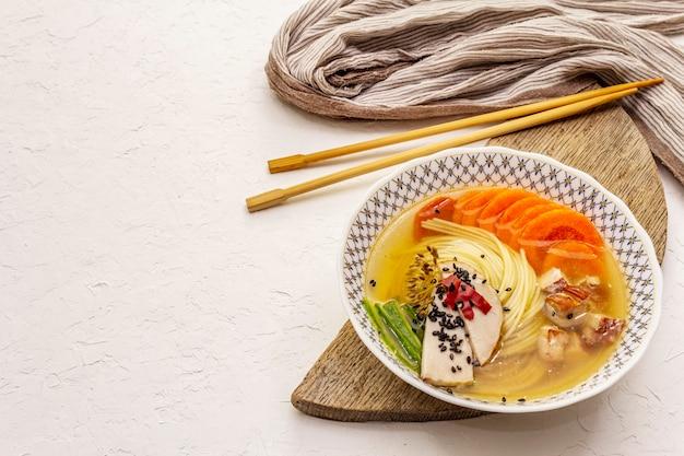 スモークチキンと野菜の韓国ラーメンスープ。健康的な食事のスパイシーな料理