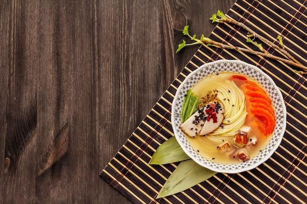 スモークチキンと野菜の韓国ラーメンスープ。健康的な食事のための辛い辛い料理