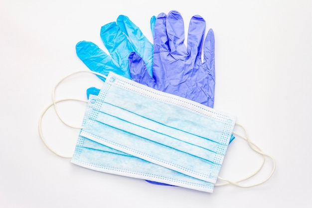 Маска и перчатки на белом фоне