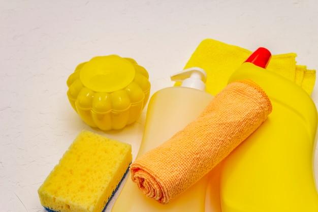 Уборка дома. спрей, бутылка, мыло, губка для мытья посуды, тряпка, гель-освежитель воздуха. домашняя дезинфекция в карантине