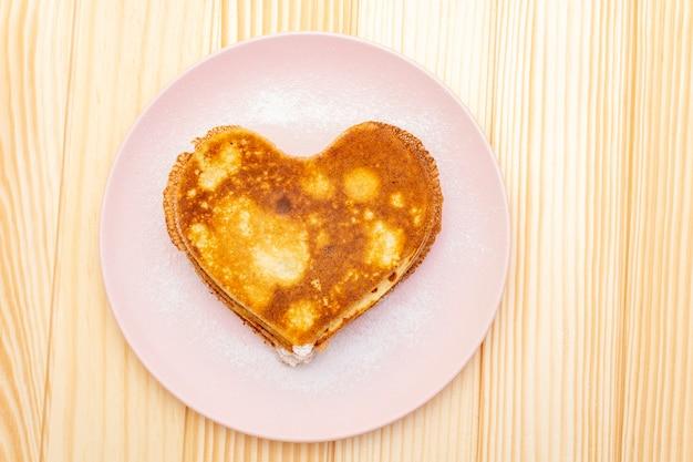 ロマンチックな朝食にハート型のパンケーキ