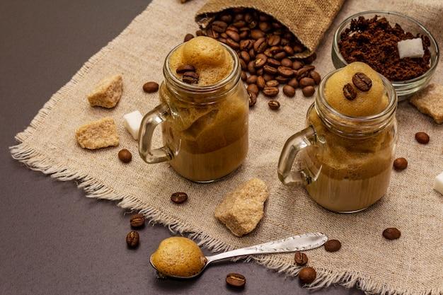 Дальгона кофе в банке мейсон. корейский пушистый кофейный напиток