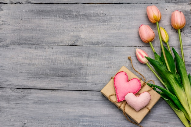優しいピンクのチューリップ、手作りのフェルトハート