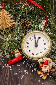 目覚まし時計、松の枝、クリスマスの装飾