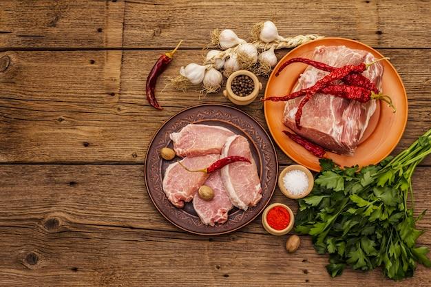 Ассорти из сырой свинины. свежая корейка, специи, ароматные овощи и петрушка