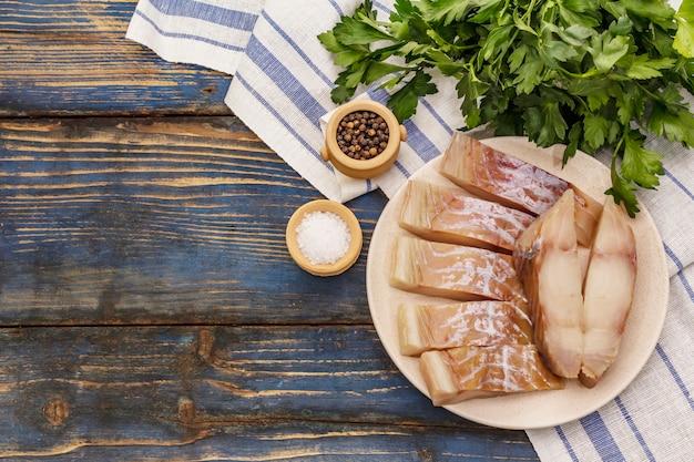 ライスの生切り身。プレート、スパイス、パセリの新鮮なスライス。緑の束、ヴィンテージナプキン