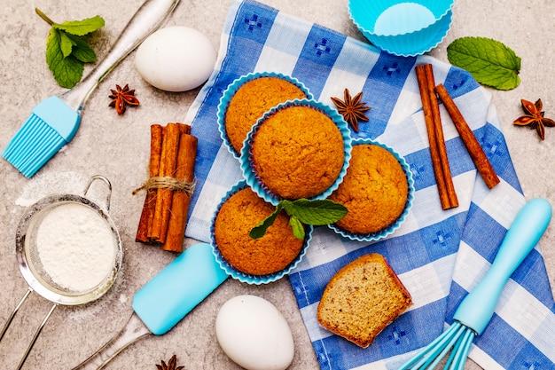 Домашние кексы с корицей, анисом и свежей мятой