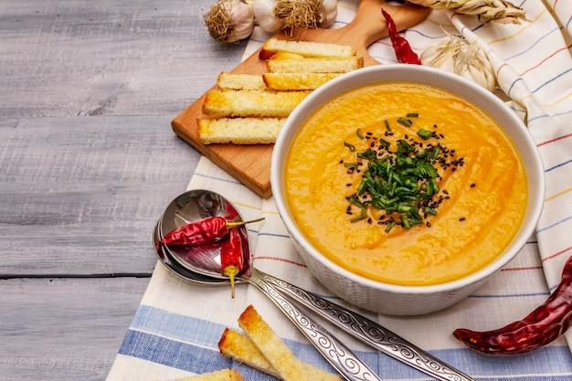 野菜のクリームスープ。健康的なビーガン(ベジタリアン)栄養の概念。ニンニク、クルトン、スパイス、芳香調味料