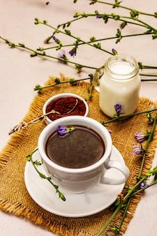 Полезный напиток цикорий и цветы
