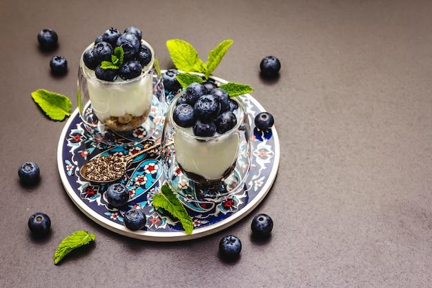 Йогурт с черникой и семенами чиа на разделочной доске