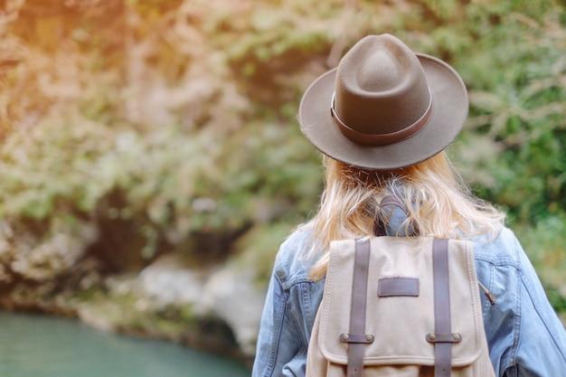 Женский путешественник, ходьба открытый.