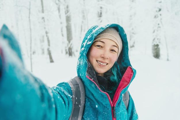 Девушка делает селфи зимой