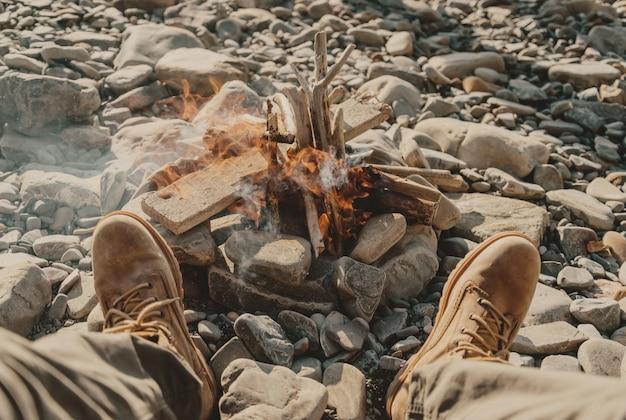 たき火の近くの足
