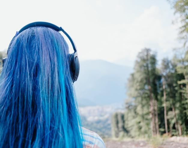 屋外のヘッドフォンの女の子。