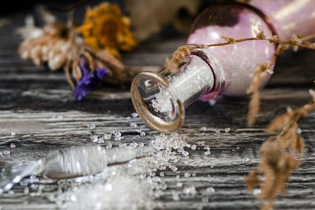 Набор для ведьм. опрокинул флакон из волшебного порошка и сушеных трав.