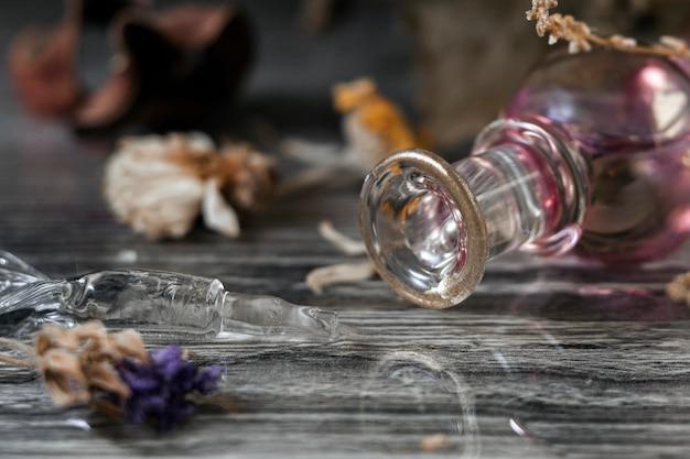 Набор для ведьм. перевернутая лекарственная бутылка и сушеные травы.
