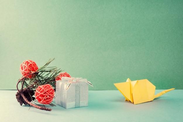 折り紙ホワイトペーパーマウス、ギフトボックス、松の枝、オレンジボール