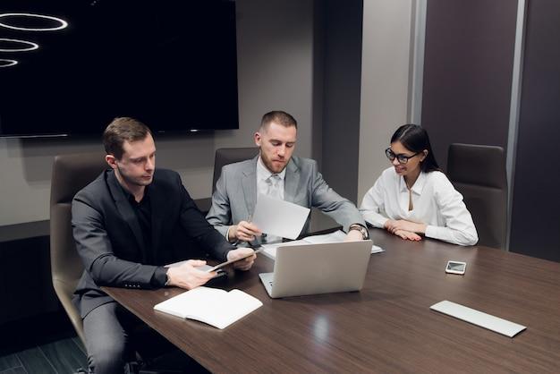Деловые партнеры обсуждают документы и идеи на встрече