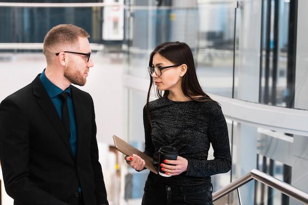 Бизнесмен и предприниматель обсуждают что-то во время перерыва на кофе