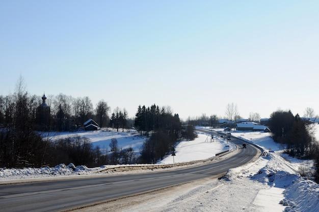 道路沿いの雪に覆われた村