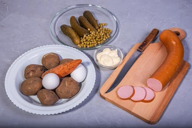 ロシア風サラダの材料。ロシアの伝統的な新年の料理