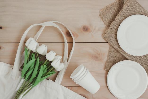 環境に優しい素材から作られた紙の食品包装とキャンバスのショッピングバッグ