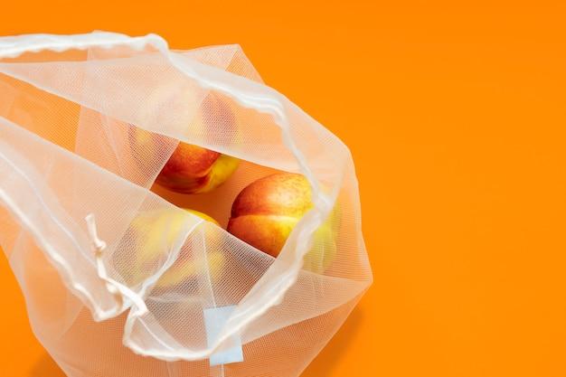 Нектарины в многоразовой фруктовой сумке