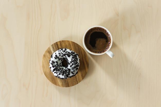 Кофе и пончик на завтрак.