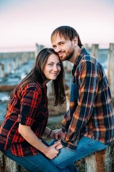 Молодая влюбленная пара улыбается и обнимает
