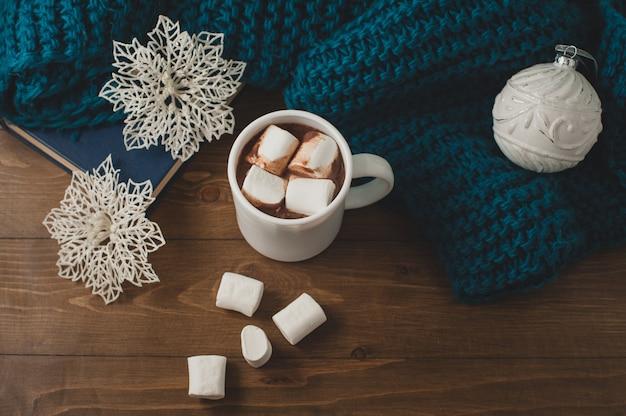 冬の家の背景-ホットココアクリスマスボールと雪のカップ