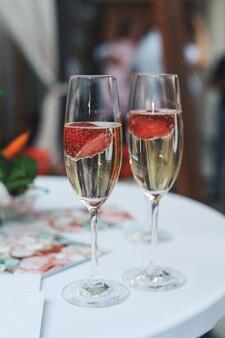 Шампанское с клубникой